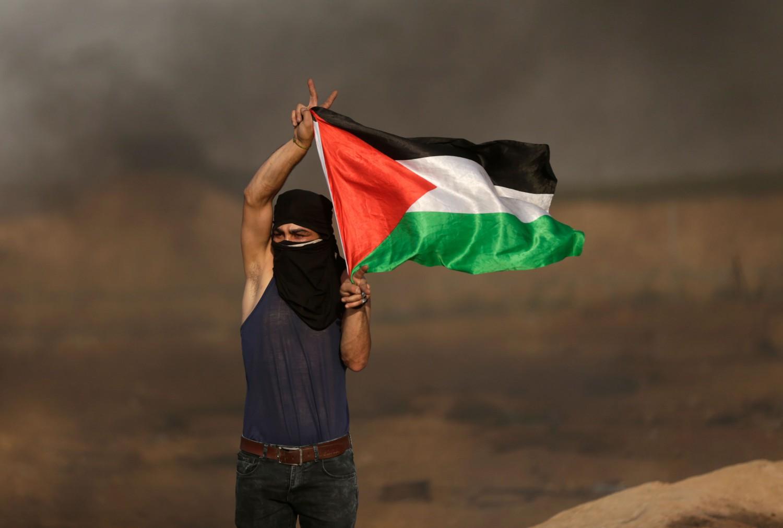 Palestinese sventola bandiera a Gaza (La presse)