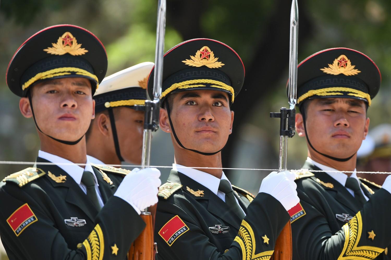 Soldati dell'esercito cinese schierati (La Presse)