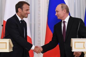 Putin riceve Macron a San Pietroburgo (La Presse)