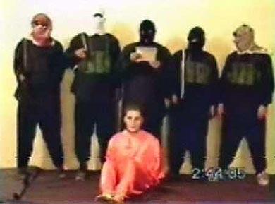 Un frame dl video della decapitazione dell'imprenditore Nicholas Berg
