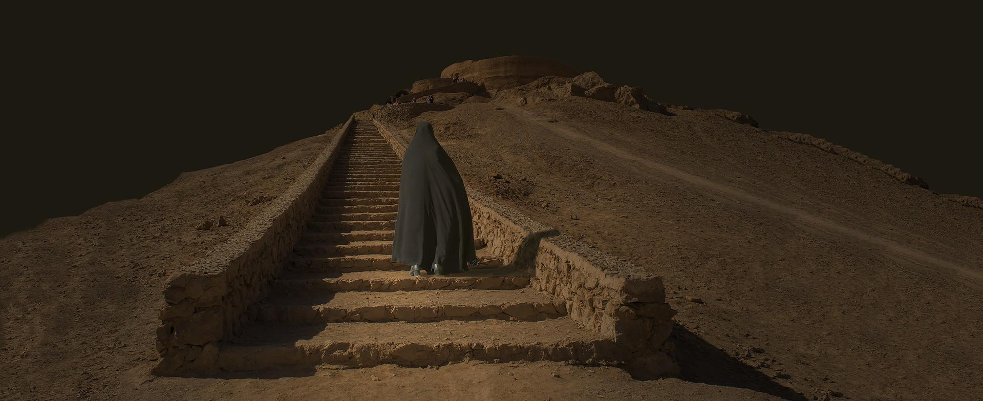 Una donna cammina nel deserto in Iran (Pixabay)
