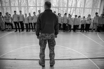Le foto raprresentano l'ultima strategia di Kiev per combattere i separatisti nel Donbass, nell'Est ucraino ormai in conflitto da piu di 4 anni. La strategia di Kiev è utilizzare l'educazione come ultima arma e spingere i ragazzi, e le ragazze, ad arruolarsi. La difesa della patria è l'ultima materia introdotta nell scuole ucraine.
