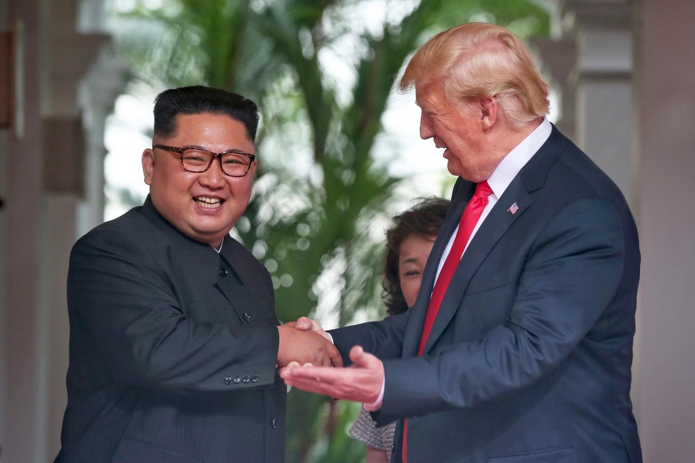 Il presidente Usa Donald Trump sorride con Kim Jong-un durante il vertice di Singapore
