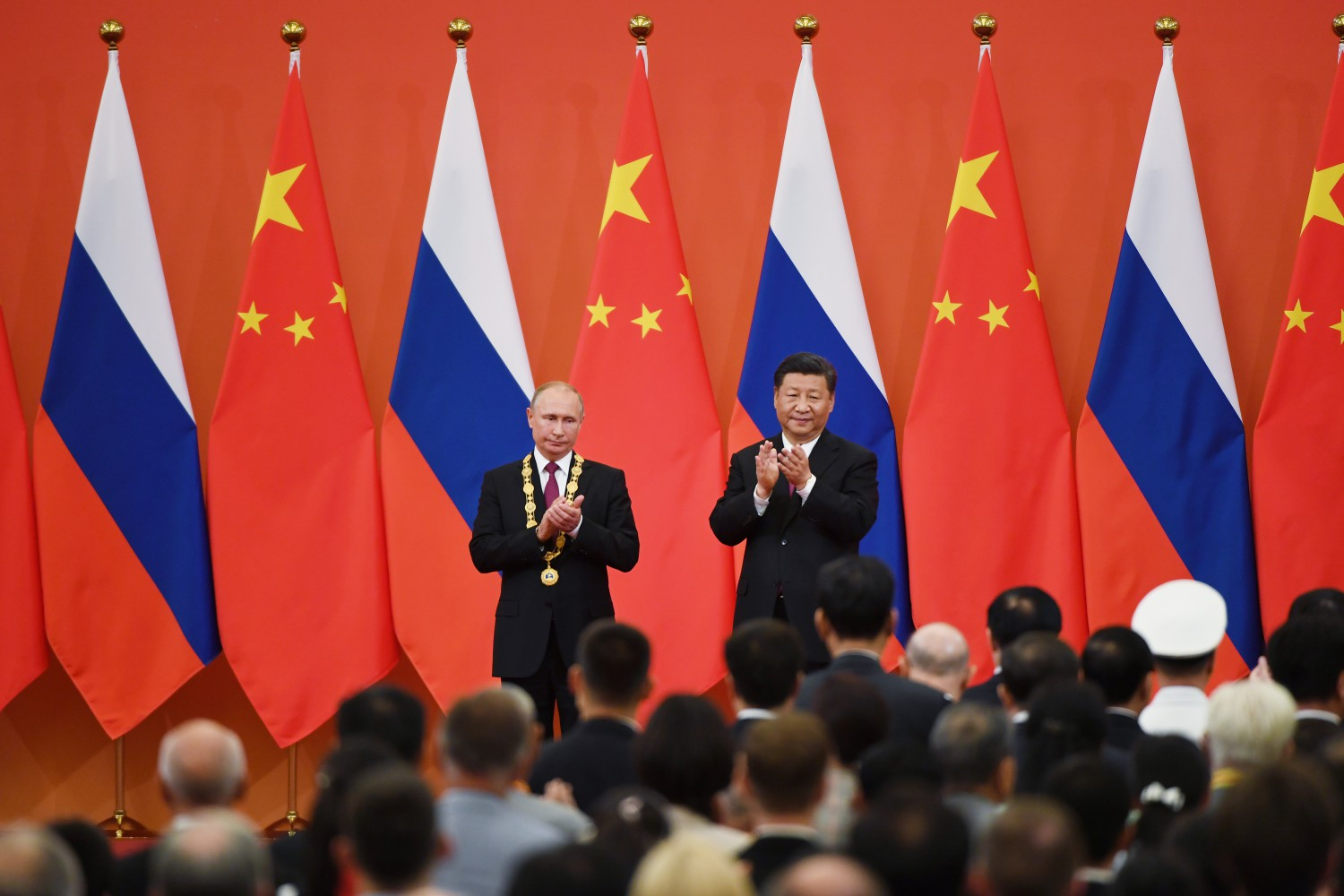 Putin e Xi applaudono al vertice bilaterale in Cina (Getty)