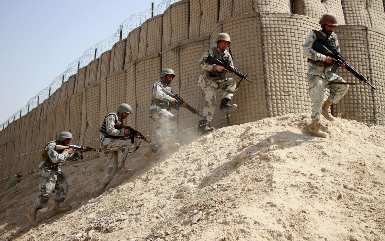 La polizia afghana si addestra per combattere i talebani (LaPresse)
