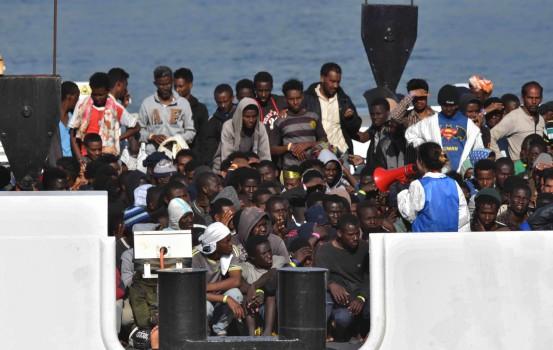 Migranti sbarcano in Sicilia (La presse)