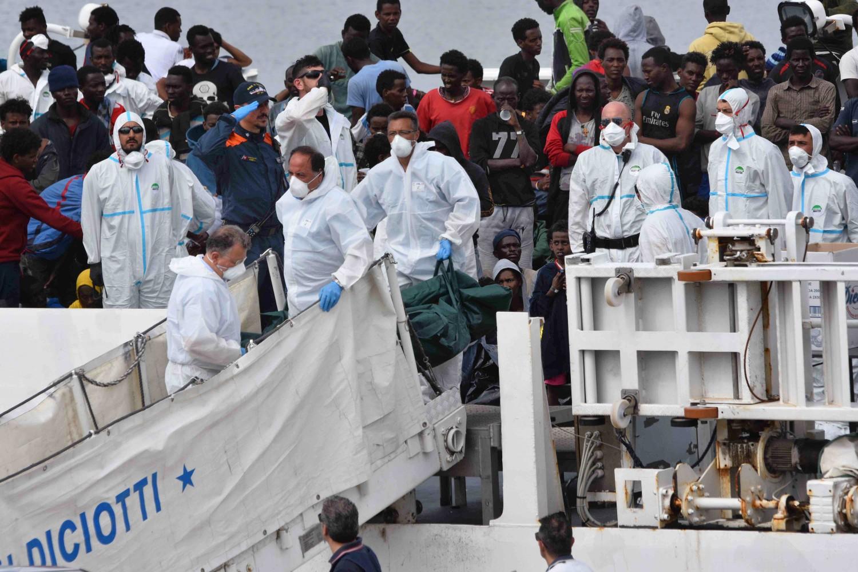 Migranti sulla nave della Guardia costiera italiana Diciotti (LaPresse)