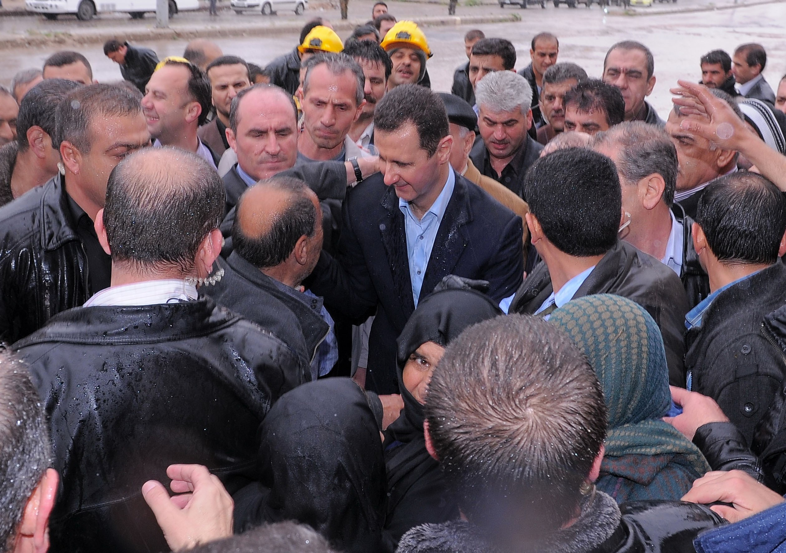 Foto LaPresse Syrian President Bashar al-Assad (C) speaks to his supporters during his visit to the Baba Amr neighbourhood in the restive city of Homs / 270312