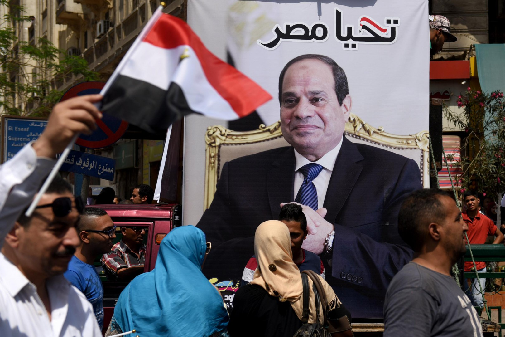 (160425) -- CAIRO, April 25, 2016 (Xinhua) -- Supporters of Egypt's army and Egyptian President Abdel Fattah al-Sisi gather near the Tahrir Square as a way to celebrate the 34th Sinai Liberation Day in Cairo, Egypt on April 25, 2016. (Xinhua/Zhao Dingzhe)