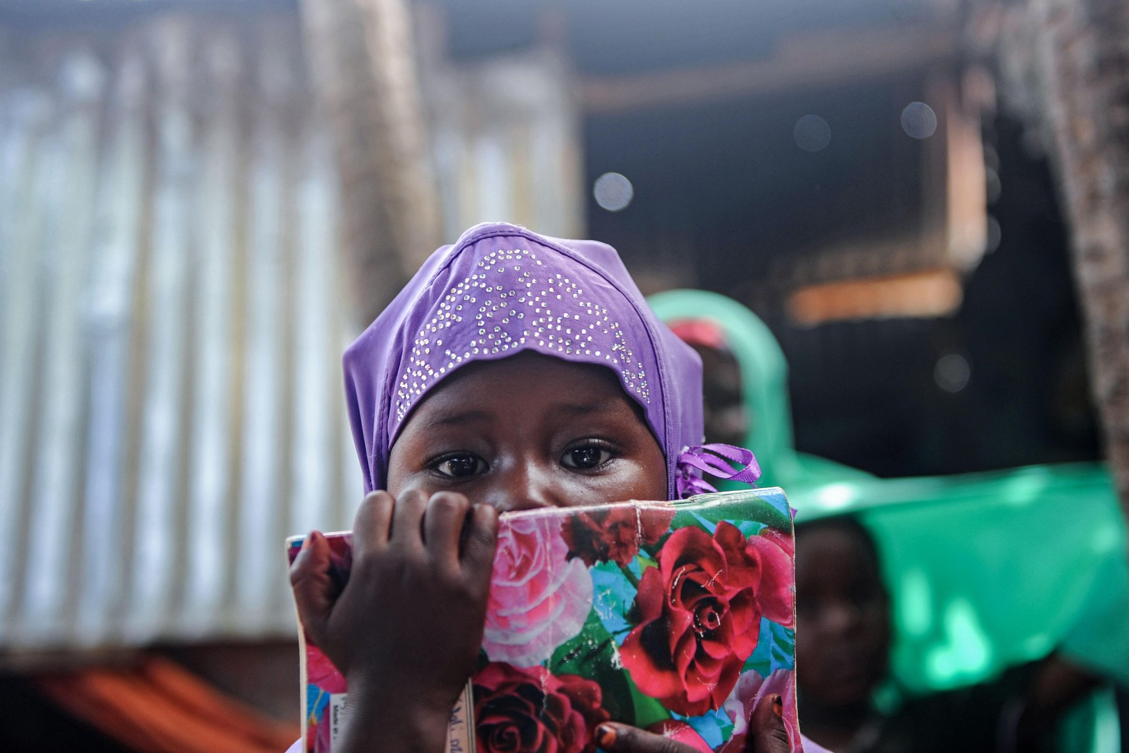 Una ragazza a Mogadiscio, in Somalia (LaPresse)