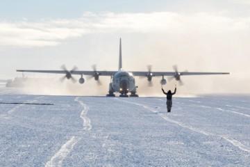 Un aereo militare atterra in Antartide per l'operazione Deep Freeze