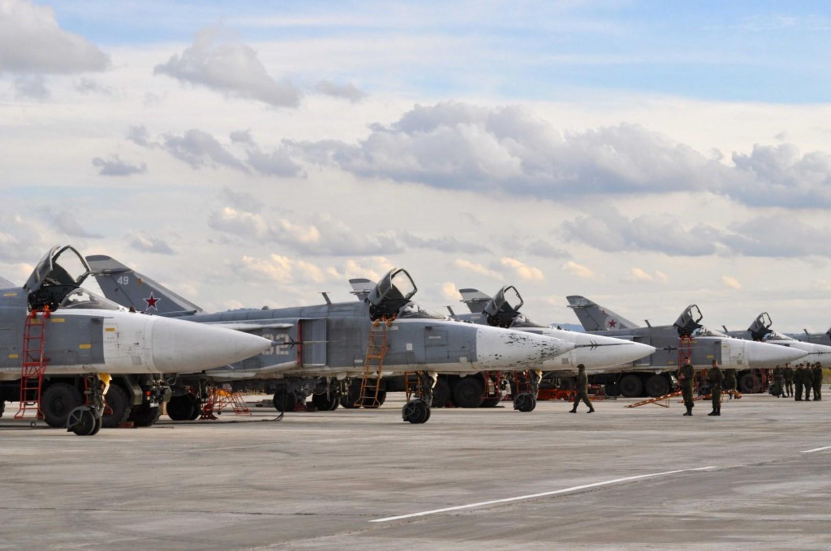 Caccia-bombardieri-russi-nella-base-aerea-di-Hmeymim-in-Siria-a-30-chilometri-dal-Mar-Mediterraneo-1024x680