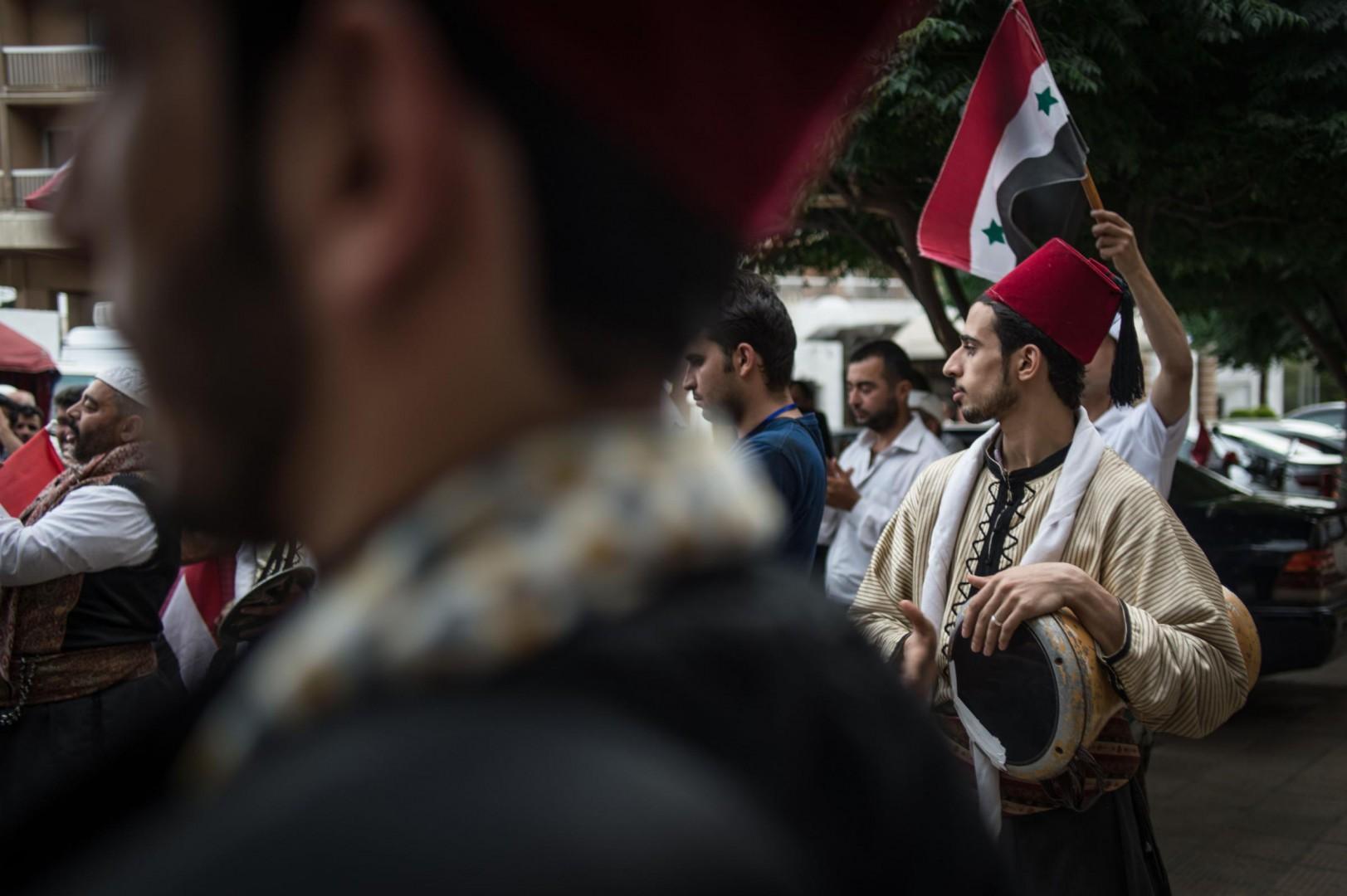 I sostenitori del presidente Assad, tra cui molti alauiti, sfilano per le strade di Damasco (LaPresse)