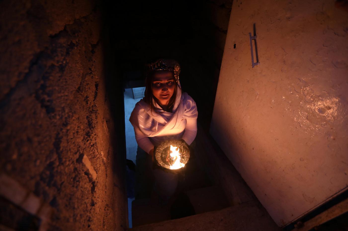 Una donna appartenente agli yazidi mentre entra in un tempio non lontano da Baghdad in Iraq (LaPresse)