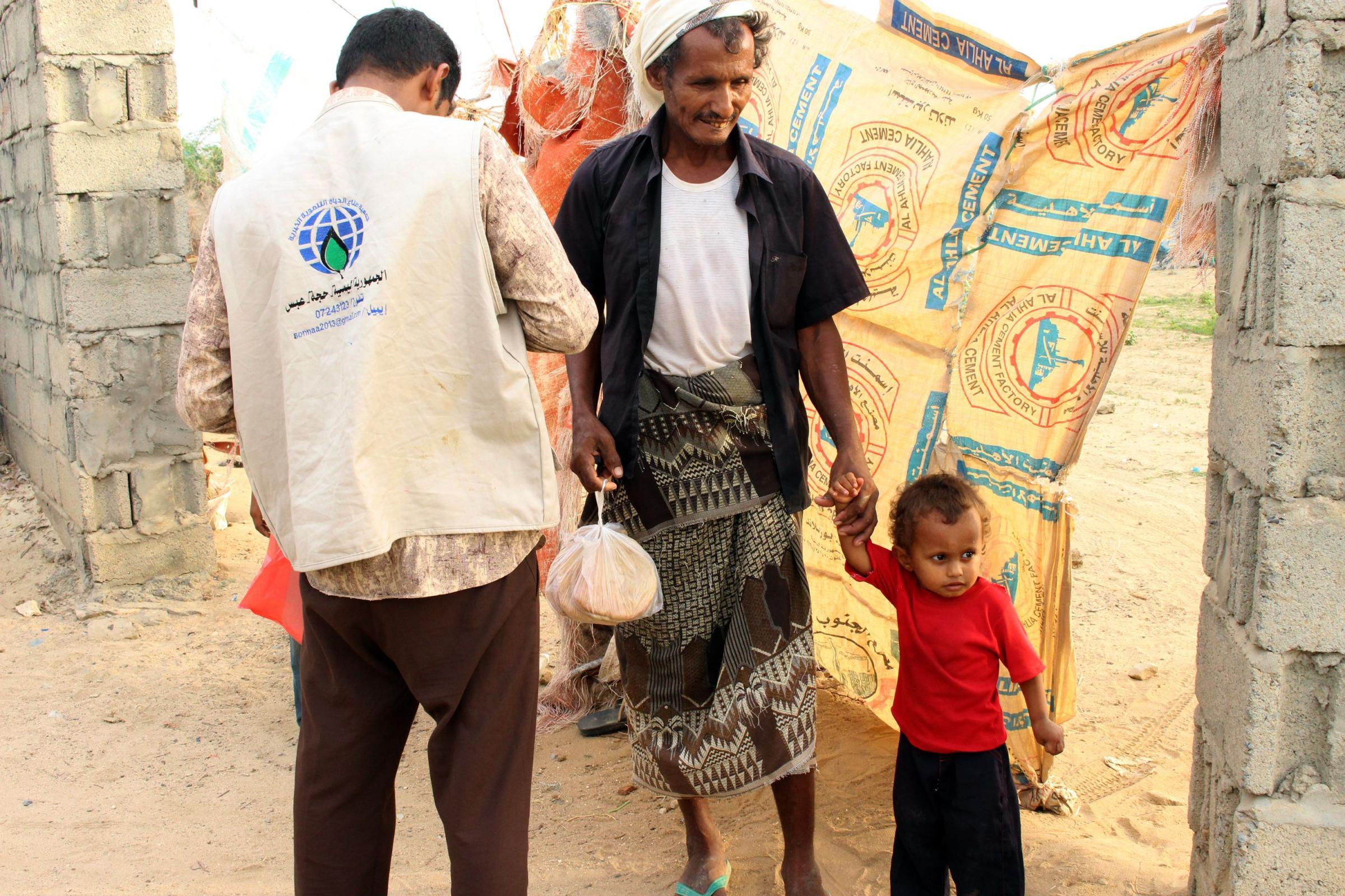 Un'associazione di giovani fornisce del pane gratis in Yemen (LaPresse)