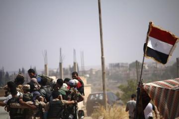 La bandiera siriana a Daraa, nel sud della Siria (LaPresse)