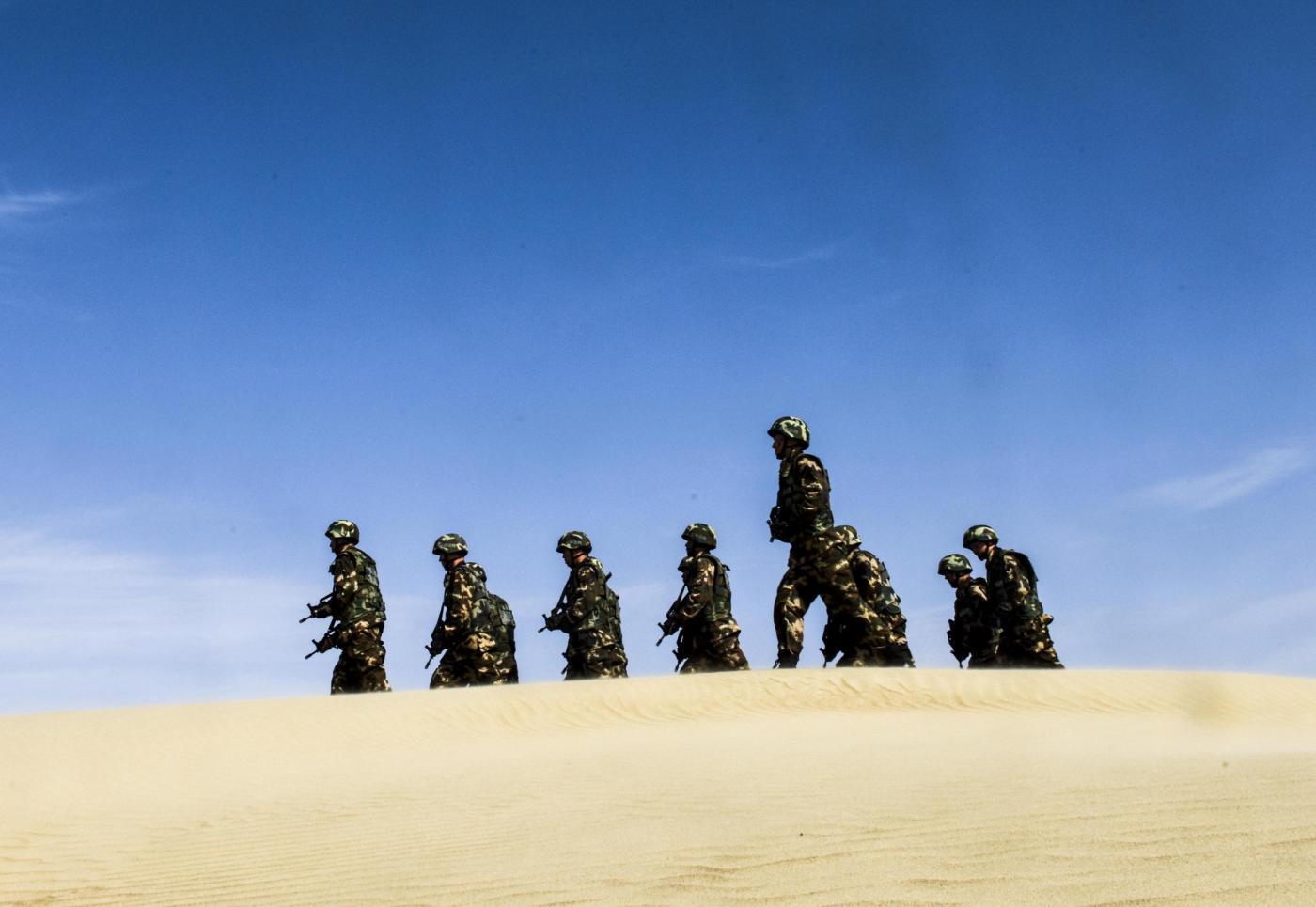 L'esercito cinese pattuglia lo Xinjang (LaPresse)