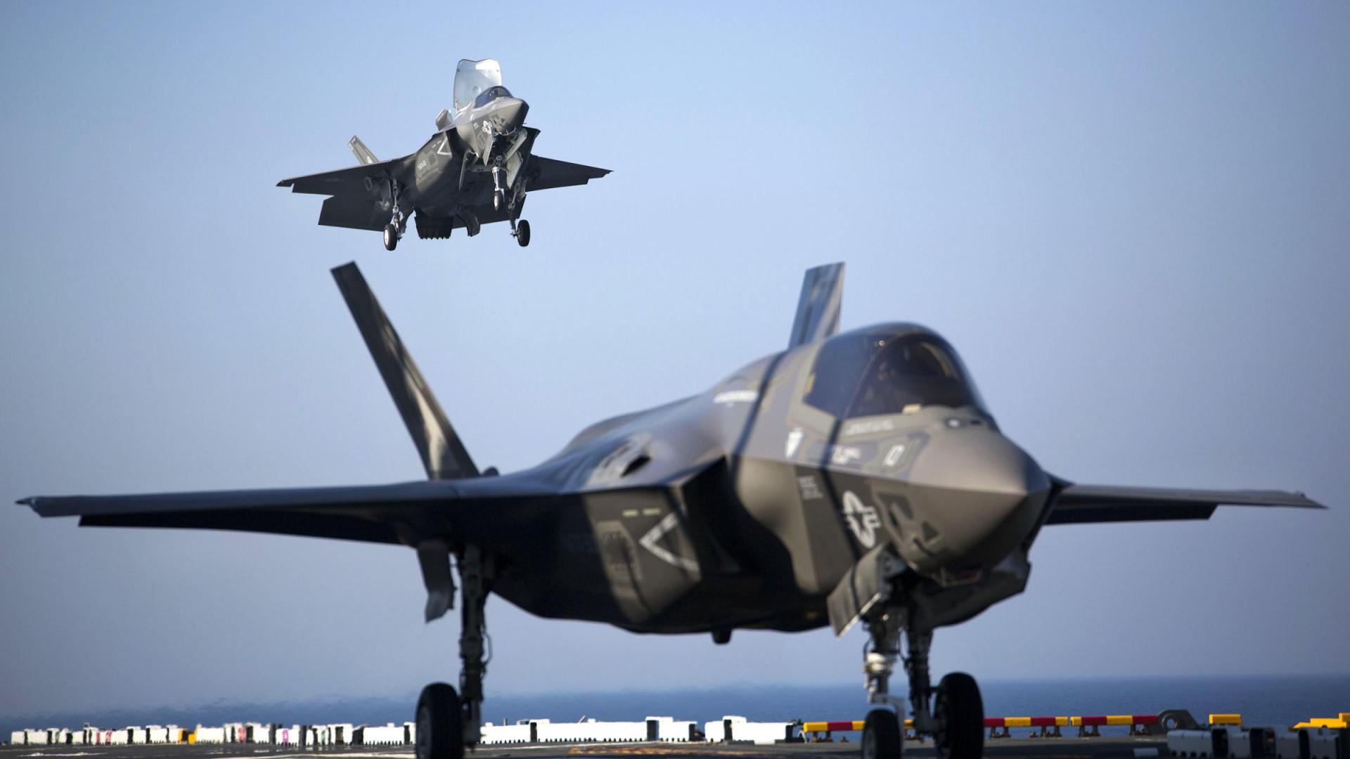 Due caccia in una foto del 2015 che mostra i progressi del programma F-35 (LaPresse)