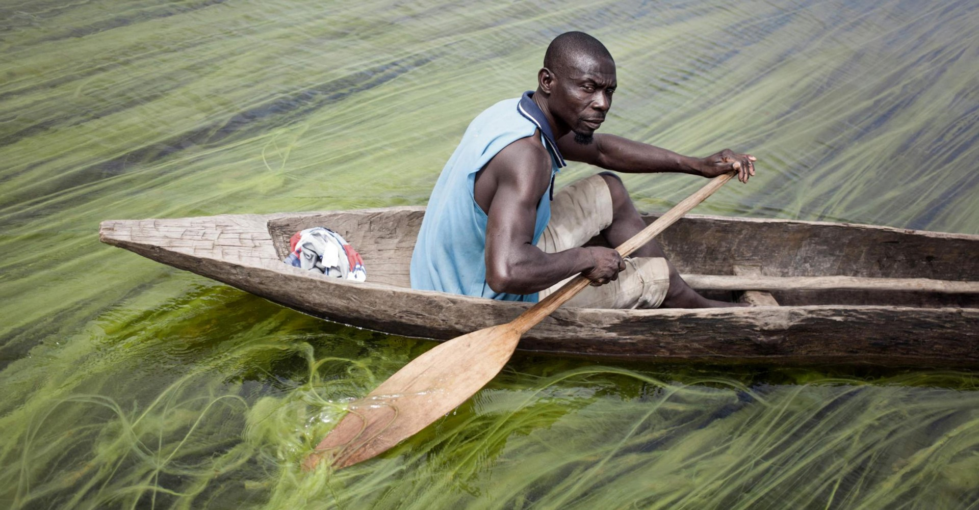 Un uomo su una canoa in Africa (LaPresse)