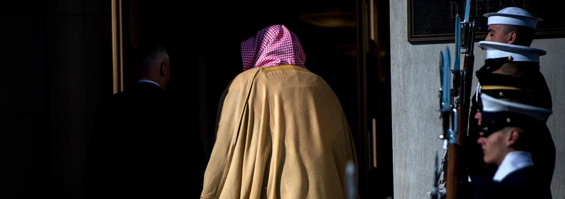 US Secretary of Defense James Mattis (L) and Saudi Arabia's Crown Prince Mohammad Bin Salman walk into the Pentagon after an honor cordon March 22, 2018 in Washington, DC. / AFP PHOTO / Brendan Smialowski