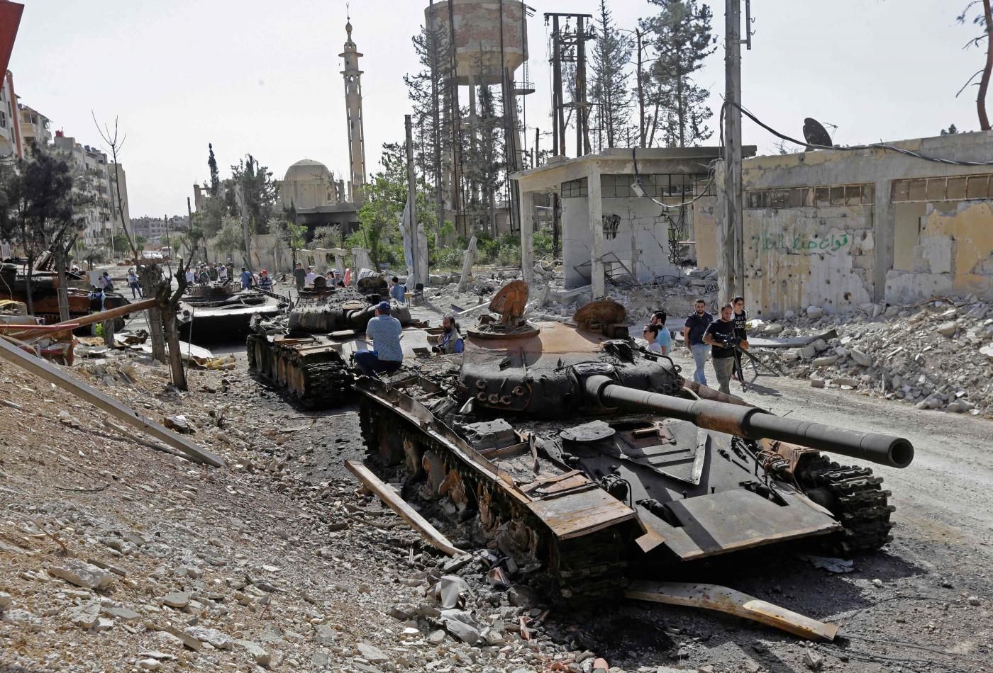 Carri armati dell'esercito siriano a Douma (LaPresse)