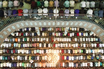 Bangladeshi Muslims offer Eid al-Fitr prayers at Baitul Mukarram National Mosque in Dhaka on June 16, 2018. Muslims around the world celebrated Eid al Fitr which marks the end of the month of Ramadan, after the sighting of the new crescent moon. / AFP PHOTO / STRINGER