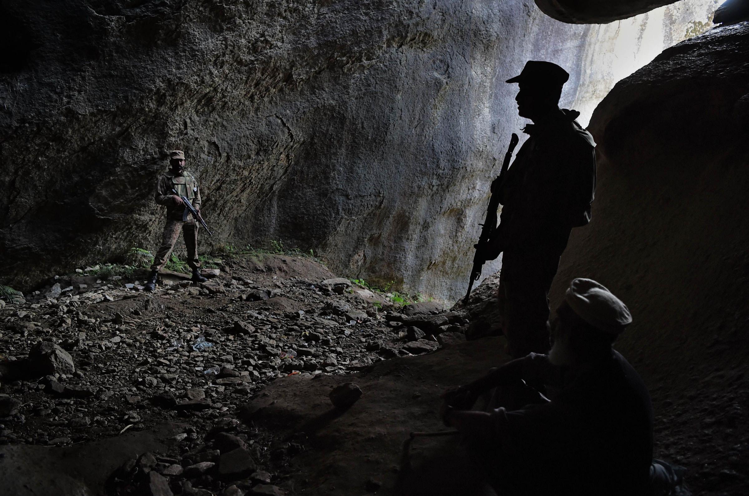 Soldati afghani vegliano le sculture restaurate del Budda di Swat, distrutto dai talebani nel 2007 (LaPresse)