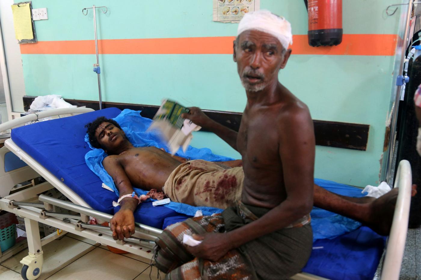 Un ferito durante un bombardamento saudita in Yemen (LaPresse)