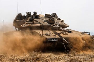 Un carro armato di Israele nelle alture del Golan (LaPresse)