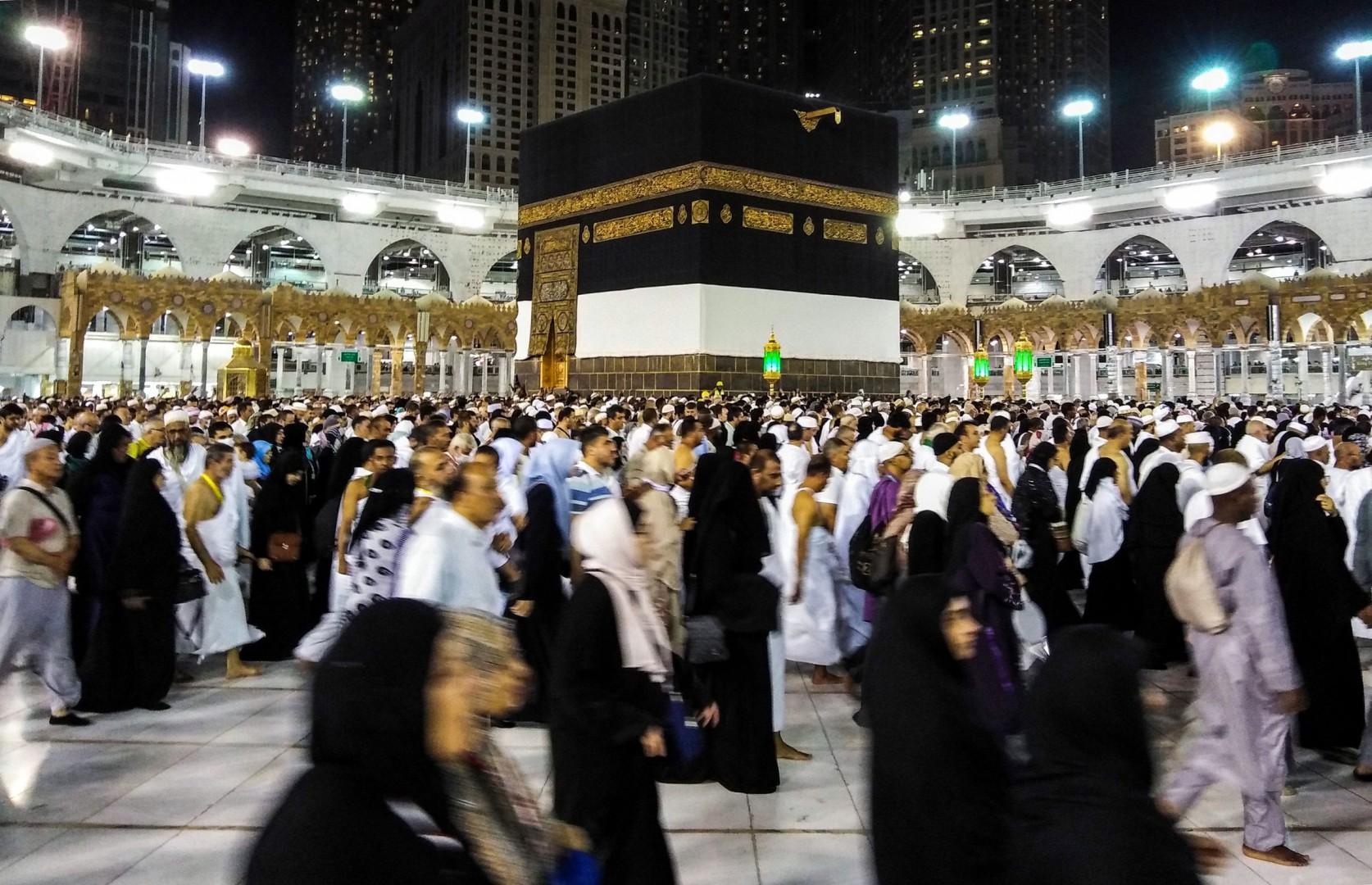 Milioni di pellegrini riempiono La Mecca per il rito dell'hajj (LaPresse)
