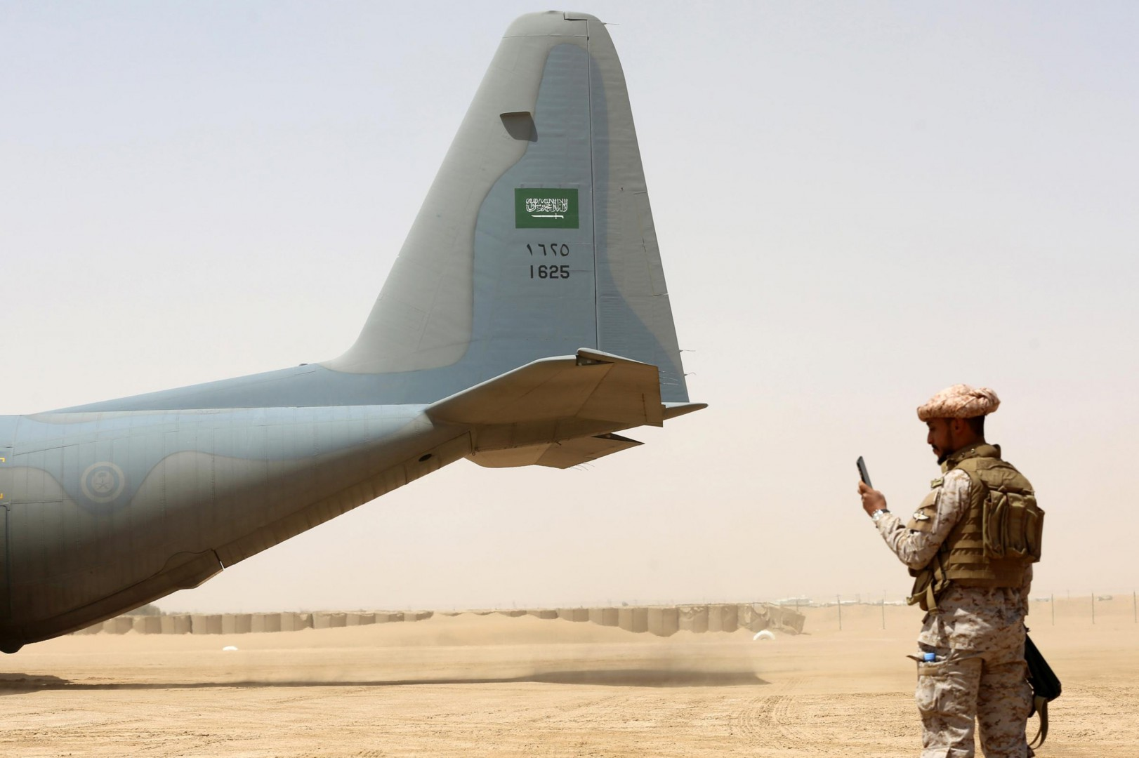 Un aereo della coalizione saudita in Yemen (LaPresse)