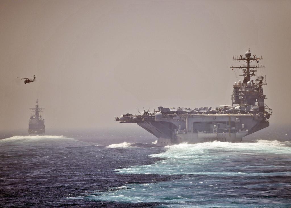USS Abraham Lincoln nello stretto di Hormuz (Wikipedia)