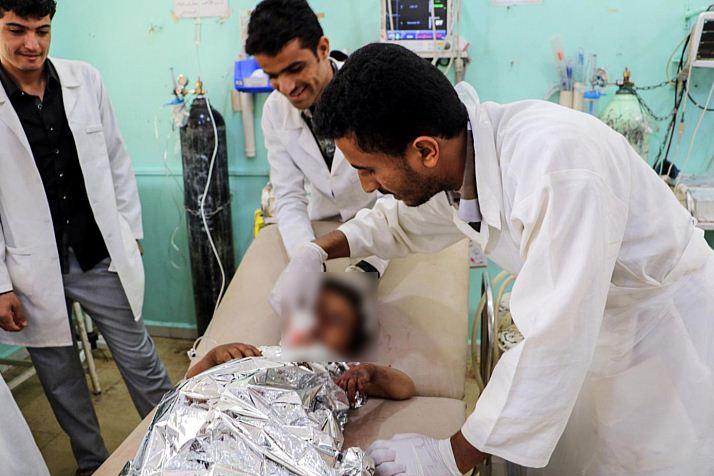 Uno dei bambini colpiti dal raid saudita a Sadaa in Yemen (LaPresse)