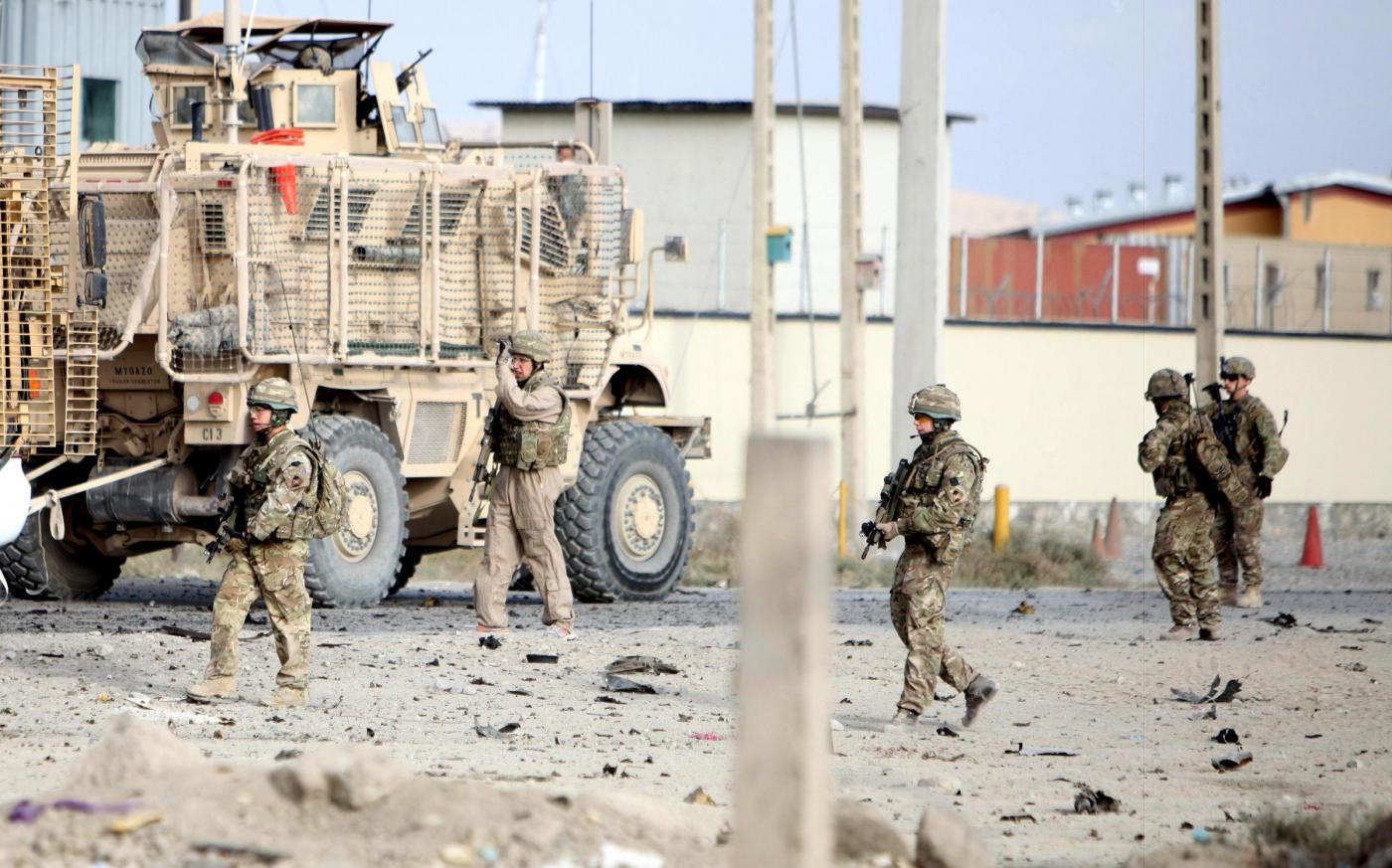 (141013) -- KABUL, Oct. 13, 2014 (Xinhua) -- U.S. soldiers keep watch at the site of a suicide car bombing targeting a military convoy of the NATO-led troops in Kabul, Afghanistan, on Oct. 13, 2014. (Xinhua/Ahmad Massoud)