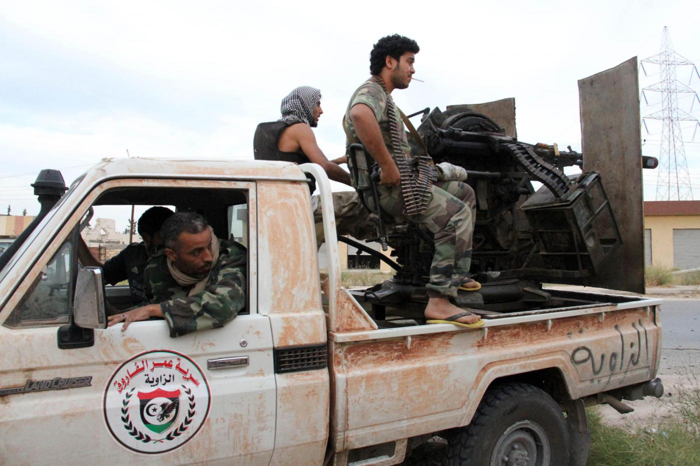 (150422) -- TRIPOLI, April 22, 2015 (Xinhua) -- A Libya Dawn fighter fires as heavy fighting goes on in Wershefana region of Tripoli, Libya, on April 22, 2015. Fierce fighting between Libya Dawn militias and pro-government forces broke out on Wednesday in Weshefana region, according to military sources and witnesses. (Xinhua/Hamza Turkia)