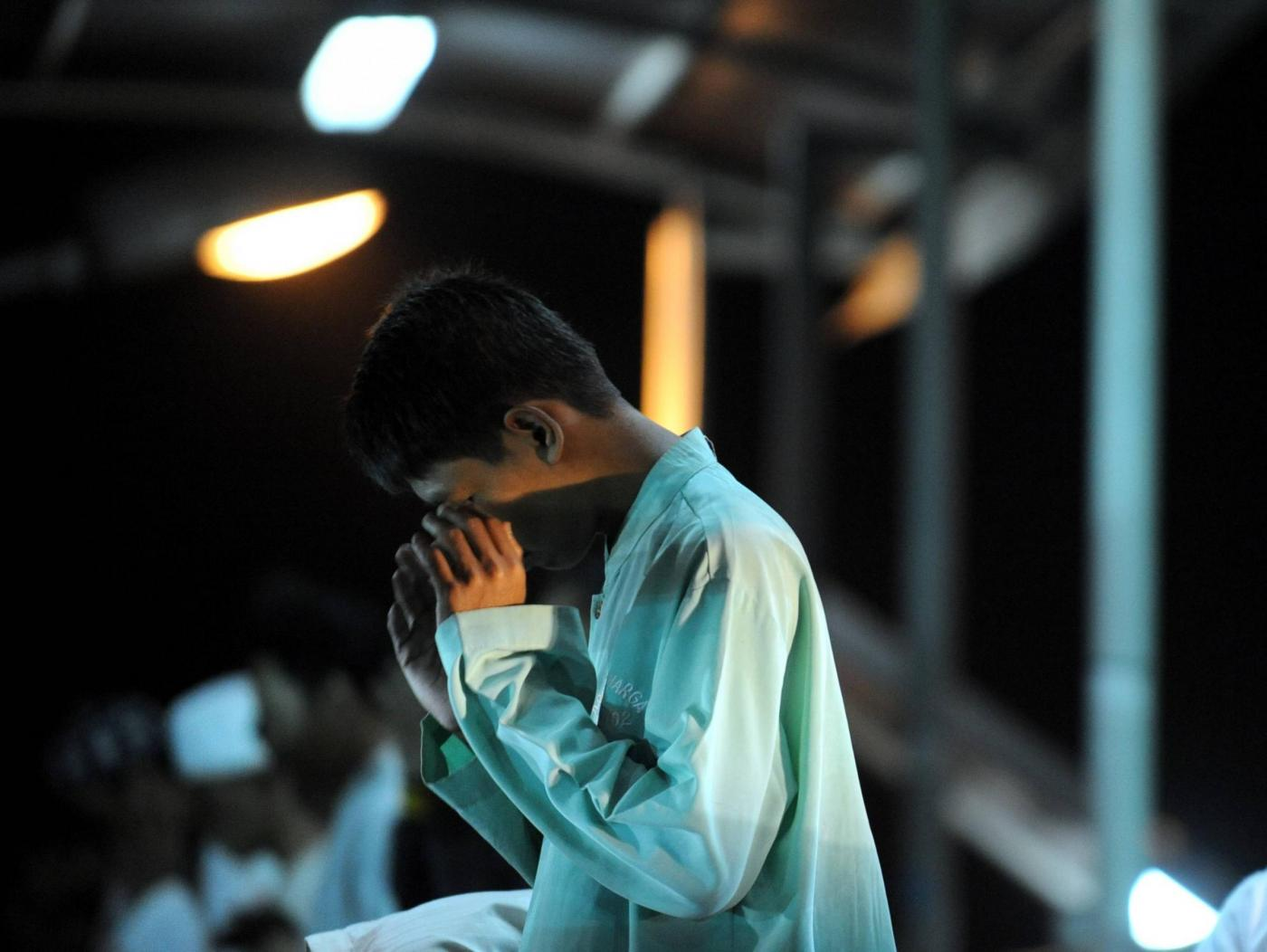 "(150617) -- JAKARTA, June 17, 2015 (Xinhua) -- An Indonesian muslim performs an evening prayer called ""tarawih"", marking the first eve of Ramadan at a street in Jakarta, Indonesia, June 17, 2015. (Xinhua/Agung Kuncahya B.)  ****Authorized by ytfs****"