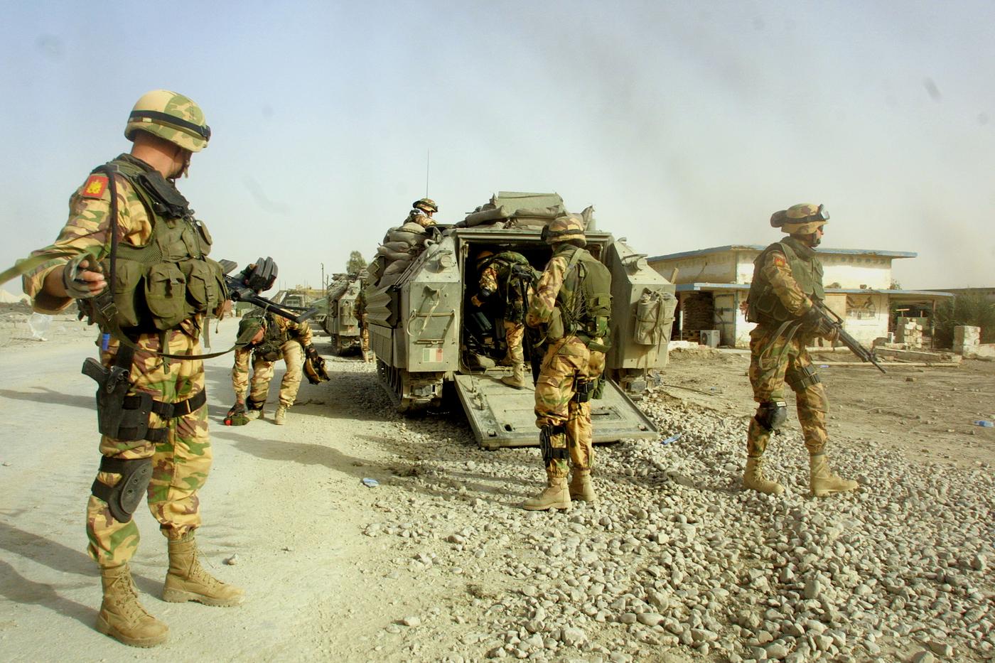 ©CRISTIANO LARUFFA/LAPRESSE 17-05-2004  NASSIRIYA  IRAQ ESTERI MISSIONE ANTICA BABILONIA LAGUNARI DELL' ESERCITO  IN PROCINTO DI PARTIRE PER UN PATTUGLIAMENTO DELLA CITTA'