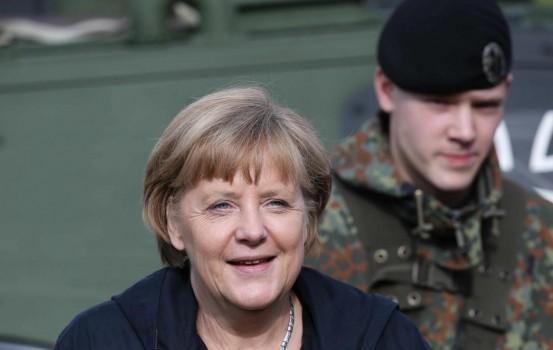 La cancelliera tedesca Angela Merkel durante una visita in un centro di addestramento in Germania (LaPresse)
