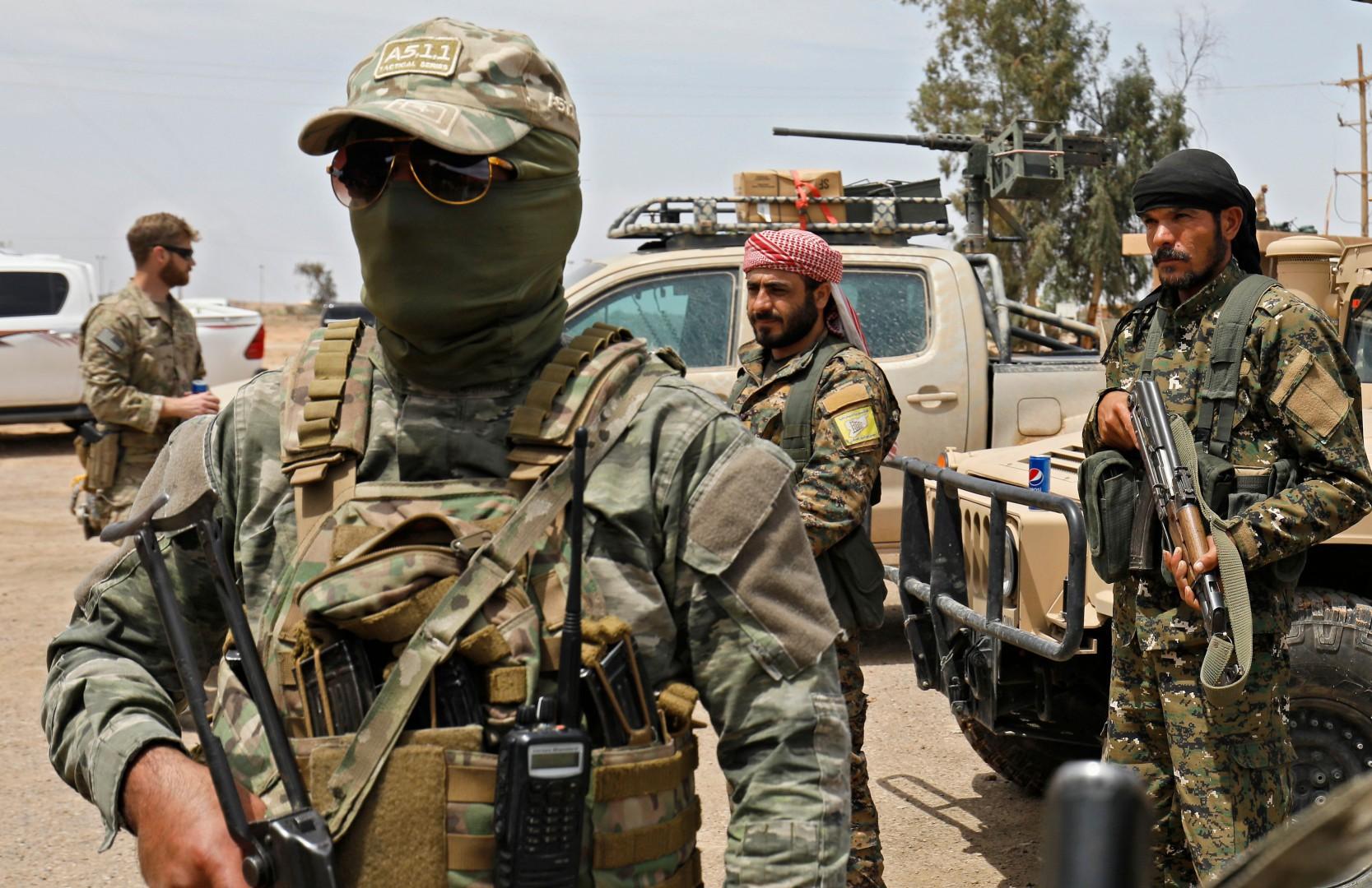 Alcuni soldati curdi ad Al Bukamal, nel sud dell Siria (LaPresse)