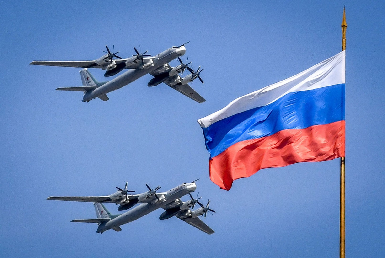 Russian Tupolev Tu-95 turboprop-powered strategic bombers fly above the Kremlin during a rehearsal for the Victory Day military parade in Moscow on May 4, 2018. Russia celebrates the 73rd anniversary of the 1945 victory over Nazi Germany on May 9.  / AFP PHOTO / Yuri KADOBNOV