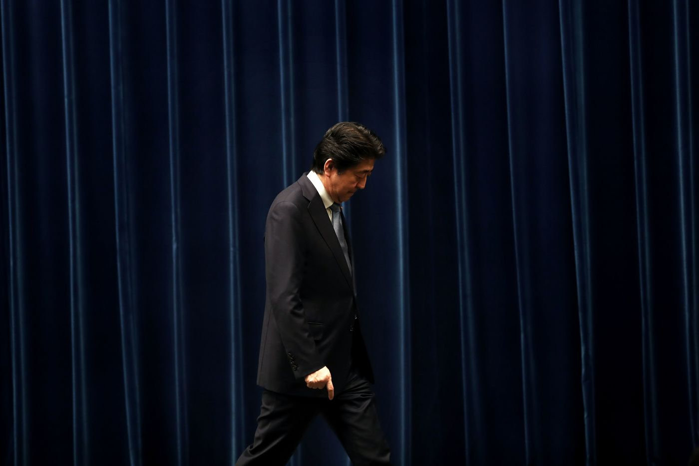 Japan's Prime Minister Shinzo Abe leaves after a press conference in Tokyo on July 20, 2018. / AFP PHOTO / Behrouz MEHRI