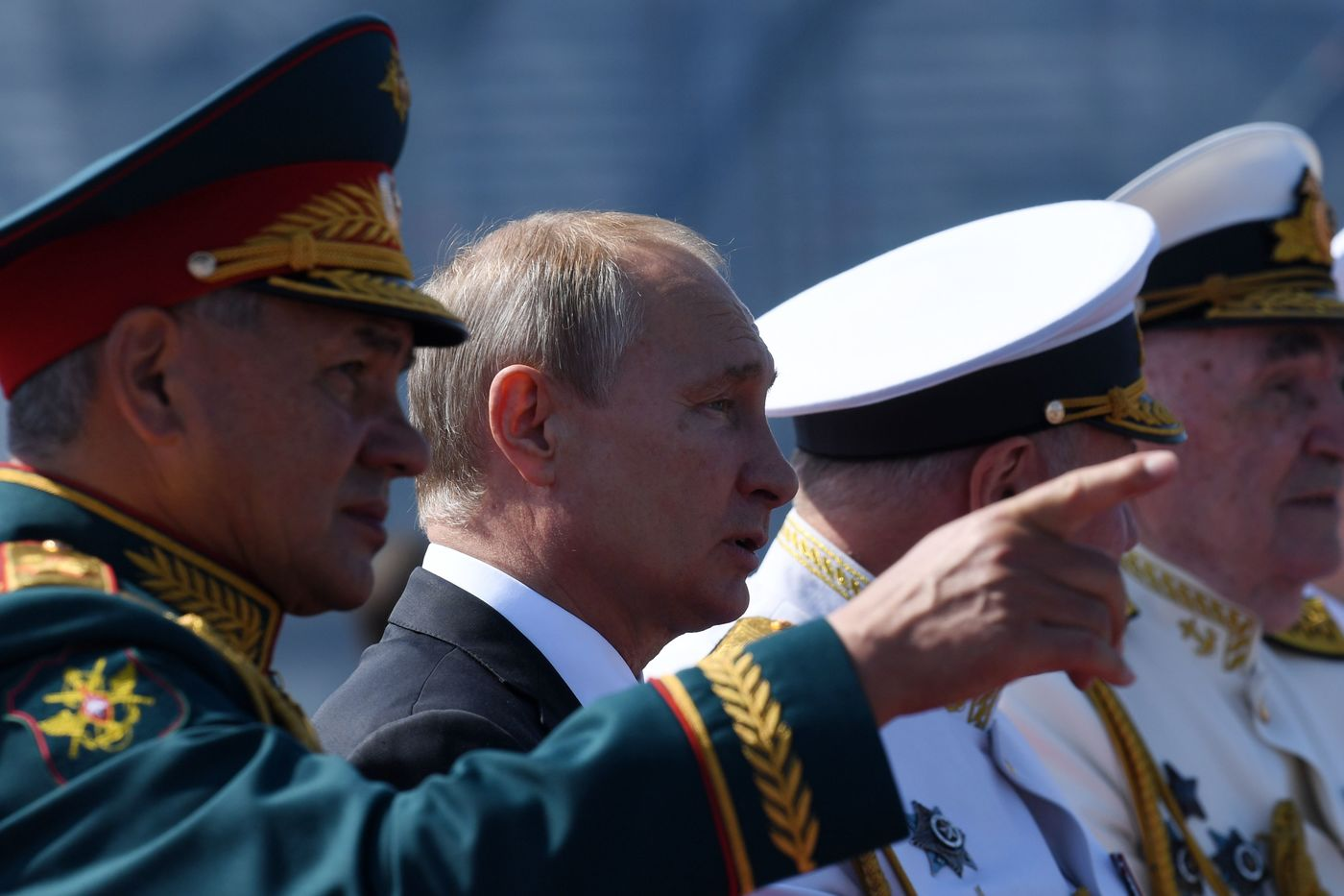 Russian President Vladimir Putin and Defence Minister Sergei Shoigu watch the Navy Day parade in Saint Petersburg on July 29, 2018. / AFP PHOTO / Kirill KUDRYAVTSEV
