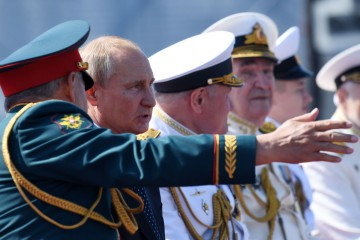 Russian President Vladimir Putin and Defence Minister Sergei Shoigu watch the Navy Day parade in Saint Petersburg on July 29, 2018. / AFP PHOTO / Kirill KUDRYAVTSEV