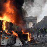 Gli studenti si uniscono ai gilet gialli<br> Adesso Macron è in stato d'assedio