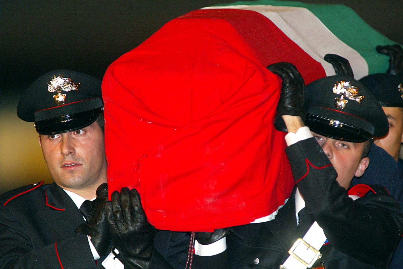©ROBERTO MONALDO/LAPRESSE 15-11-2003 ROMA INTERNI AEROPORTO DI CIAMPINO - RIENTRO DELLE SALME DEI MILITARI UCCISI NELL'ATTENTATO DI NASSIRIYAH IN IRAQ NELLA FOTO IL DOLORE DEI PARENTI
