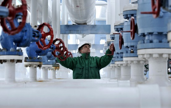 ©AP/Lapresse 07/01/2009 Budapest Estero Sospensione  rifornimenti di gas all'Europa dall'Ucraina nella foto: controlli sui rifornimenti di gas   Engineer of the E.ON Natural Gas Storage Company checks the pressure in the pipeline pumping natural gas out of the underground storage near the Ukrainian border in Hajduszoboszlo (230 km/140 miles east of Budapest), Hungary, Wednesday, Jan. 7. 2009. On Wednesday Hungary started to use its gas reserve from storage facilities while authorities restricted natural gas supply to industrial clients including Budapest Airport as Russia's gas shipments to Europe via Ukraine stopped after the two countries continued to dispute pricing, transit fees and outstanding debt. (AP Photo/Bela Szandelszky)