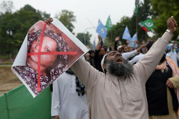 A Pakistani supporter of the Ahle Sunnat Wal Jamaat (ASWJ), a hardline religious party, holds an image of Christian woman Asia Bibi during a protest rally following the Supreme Court's decision to acquit Bibi of blasphemy, in Islamabad on November 2, 2018. - Pakistan's powerful military warned November 2 its patience had been thoroughly tested after being threatened by Islamist hardliners enraged by the acquittal of a Christian woman for blasphemy, as the country braced for more mass protests. (Photo by AAMIR QURESHI / AFP)