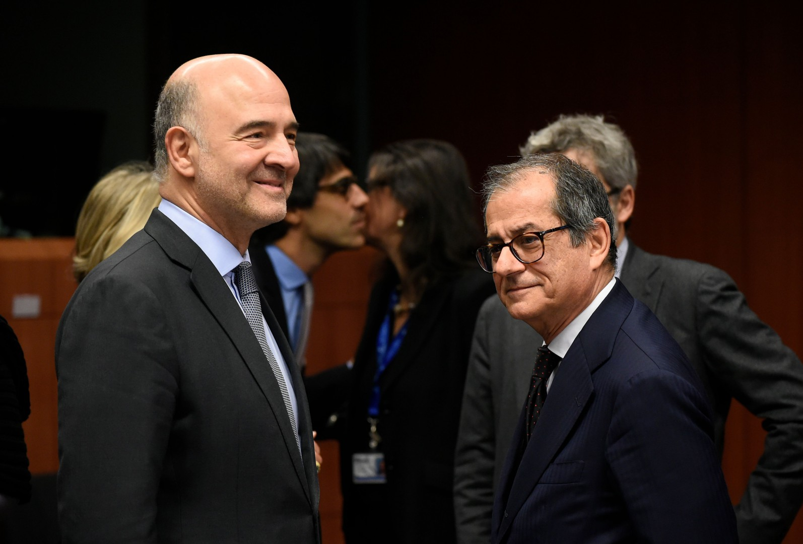 EU Commissioner of Economic and Financial Affairs, Taxation and Customs Pierre Moscovici (L) talks with Italian Minister of Economy and Finance Giovanni Tria during an Eurogroup meeting at the EU headquarters in Brussels on Novembre 19, 2018. (Photo by JOHN THYS / AFP)