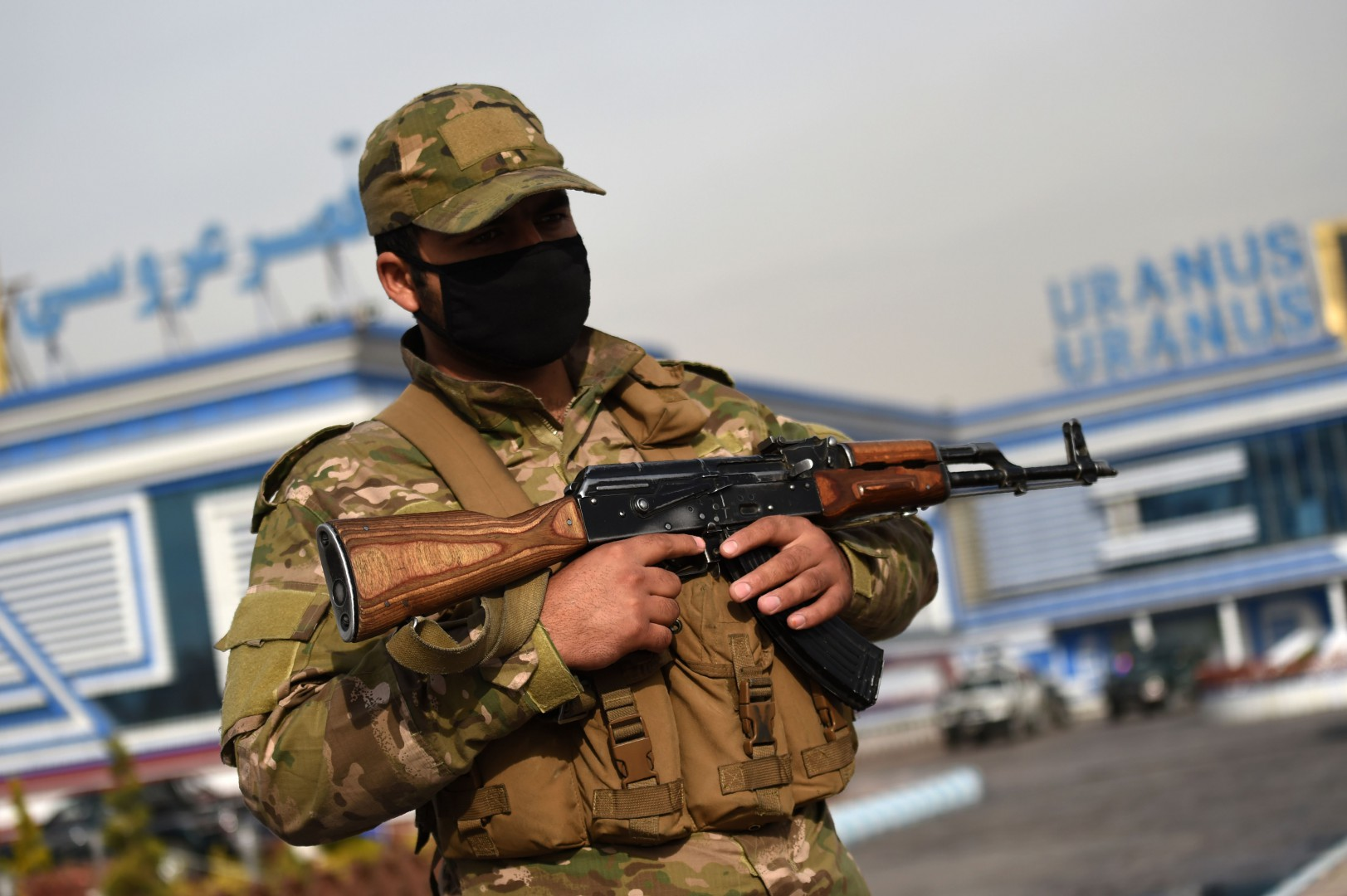 A member of the Afghan security forces stands guard outside of a wedding hall a day after a deadly suicide attack in Kabul on November 21, 2018. - At least 50 people were killed in a suicide attack on a religious celebration in Kabul on on November 20, officials said, in one of the deadliest assaults to strike Afghanistan this year. (Photo by WAKIL KOHSAR / AFP)