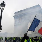 Destra e sinistra unite contro Macron<br>I gilet gialli compattano la Francia